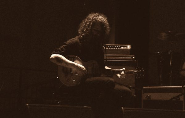 Gitarrist Efrim Menuck bem Auftritt mit Godspeed You! Black Emperor in Dresden