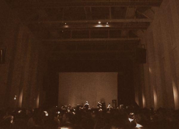 Aufnahme des Konzertsaals im Festspielhaus Hellerau beim Konzert von Godspeed You! Black Emperor