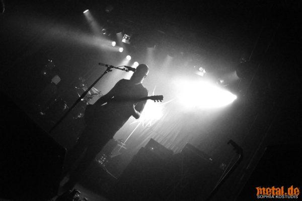 Gitarrist und Sänger Levy Seynaeve beim Konzert von Wiegedood in Dresden