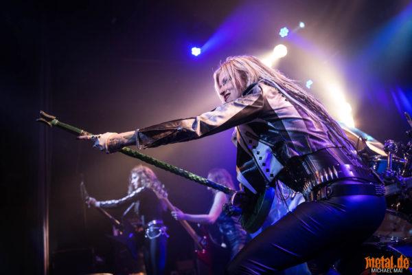 Fotos von Burning Witches auf der Tour Of The Living Dead 2019