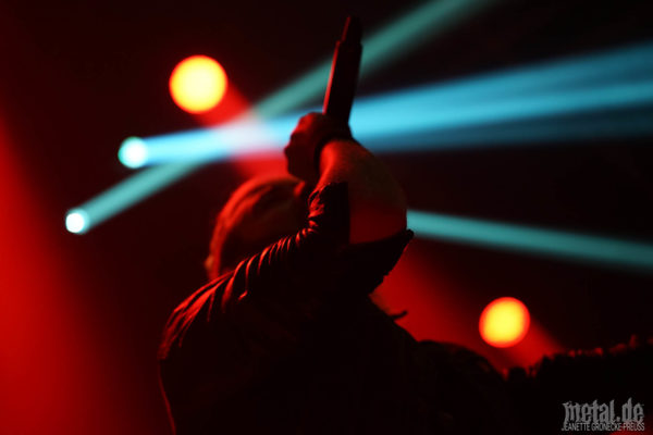 Konzertfotos von The Raven Age auf der Walk The Sky Tour 2019 in Hamburg