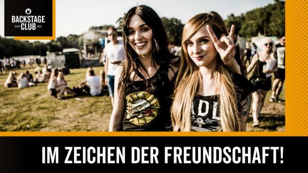 Foto zweier Besucher eines Festivals für den EMP Backstage Club